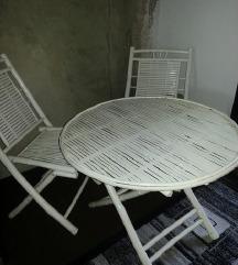 Drveni stolici i masa