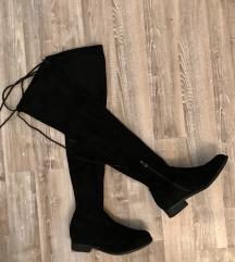 Високи црни чизми