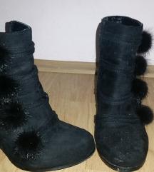 Црни чизмички.