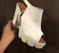 Prekrasni beli sandali