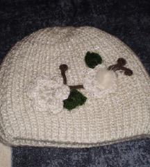 Samo kapa bela so cvetovi malku svetkava