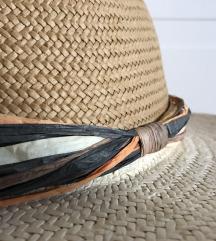 Нов сламен шешир