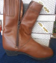 Нови кожни чизми 35
