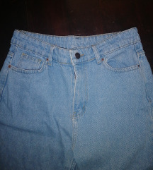 Mom jeans so mnogu visok struk