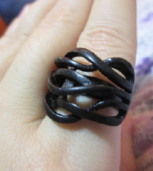 Црн нов прстен