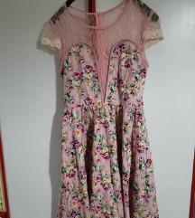 Розев цветен фустан со чипка и деколте