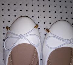 Бели балетанки