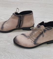 Нови чизми број 38
