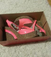 lakovani dreclivi sandali novi