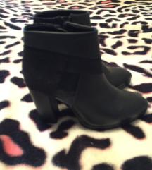 Кратки чизмички на штикла,еднаш носени