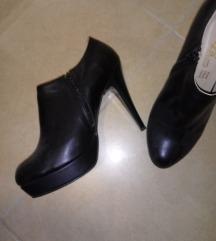 Црни чевли на штикла