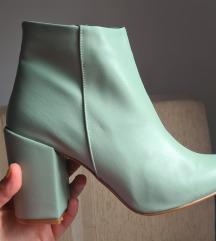 Нови неносени чизмички