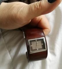 Фосил кожа врз челик саат