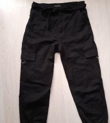 Црни панталони и подарок маичка