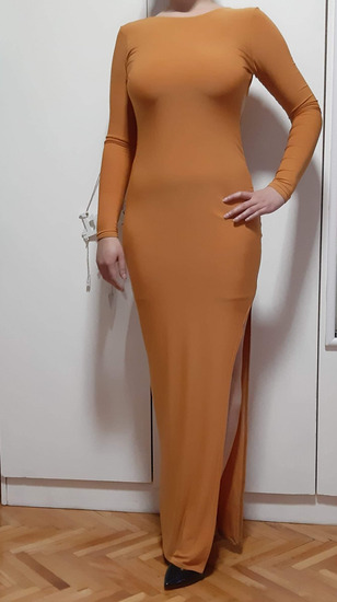 Prekrasen prilepen fustan