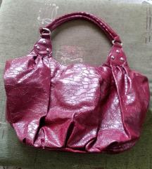 Ташна во бордо (темно црвена) боја, лакирана