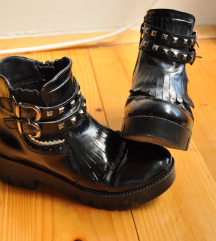 Женски лаковани  црни чизмички