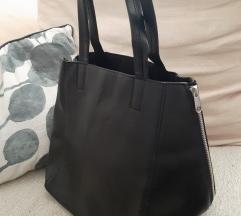 Црна чанта со декоративни патенти