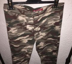 Панталони со војнички принт