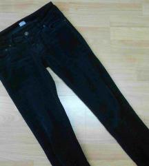 Crni plisani cevka pantaloni
