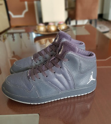Air Jordan kozni patiki br 33.5