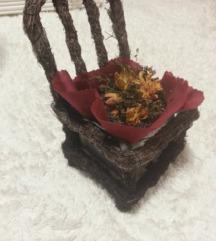 dekorativna stolica saksija so cveke