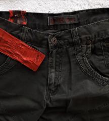 Нови маслинести фармерки со етикета