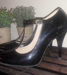 Елегантни црни лакирани салонки со ремче