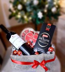 Кутија со вино и бонбони