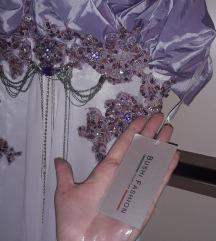 Nov svecen fustan so etiketa