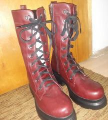 Продавам високи црвени чизми