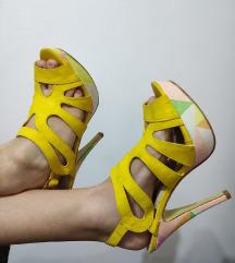 Zolti sandali so visoki potpetici