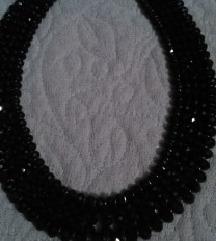 svecena  ogrlica  so crni kamenja