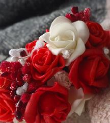 Црвено цветно венче!