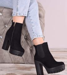Нови чизми во кутија