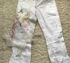 Pantaloni beli so cvet