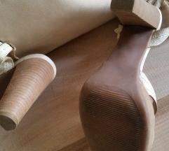Brendirani kozeni kremavi sandali i tasna
