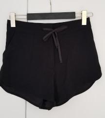 H&M црни шорцеви