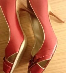 Crveni cevli so malku otvoreni prsti